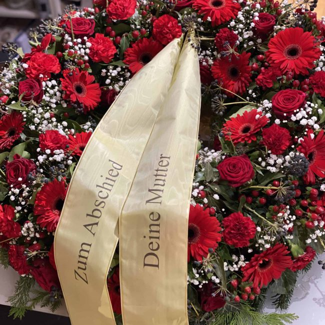 trauerkranz klassisch in rot mit rosen schleierkraut gerbera
