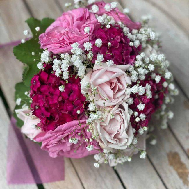 romantischer Brautstrauß in rosa mit Rosen