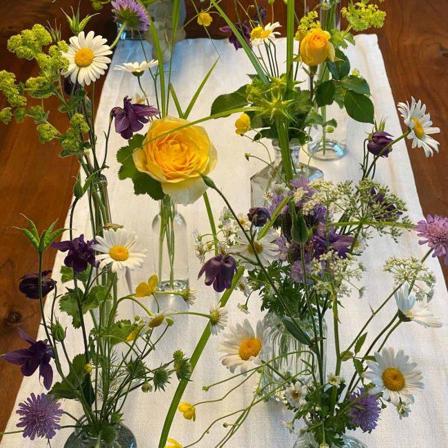 Wiesenblumen, Gartenrosen und Gräser - Boho Style Tischdekoration mal anders