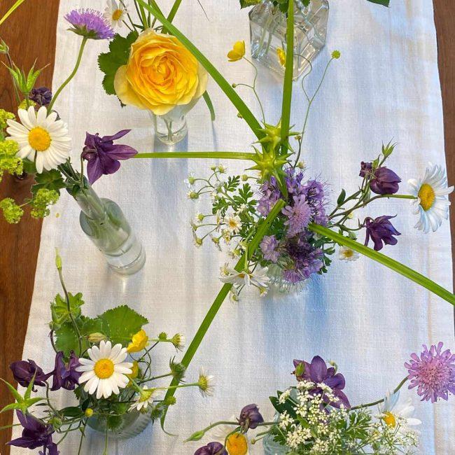 wunderschöne Boho Tischdekoration mit Wiesenblumen und Gräser