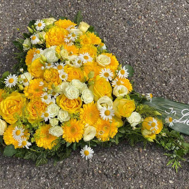 Trauer Herz mit gelben modernen Rosen aus Ingolstadt von Gerti Haslauer für Beerdigung in Schrobenhausen moderne trauerfloristik