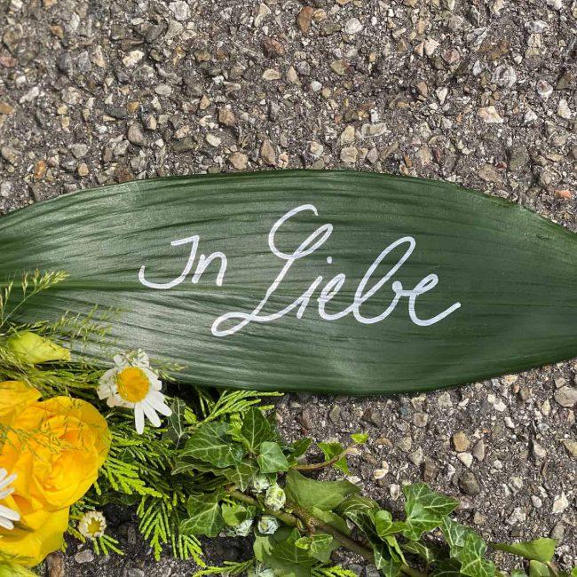 """moderne Trauerfloristik """"In Liebe"""" Alternative Trauerschleife für Beerdigung in Ingolstadt"""