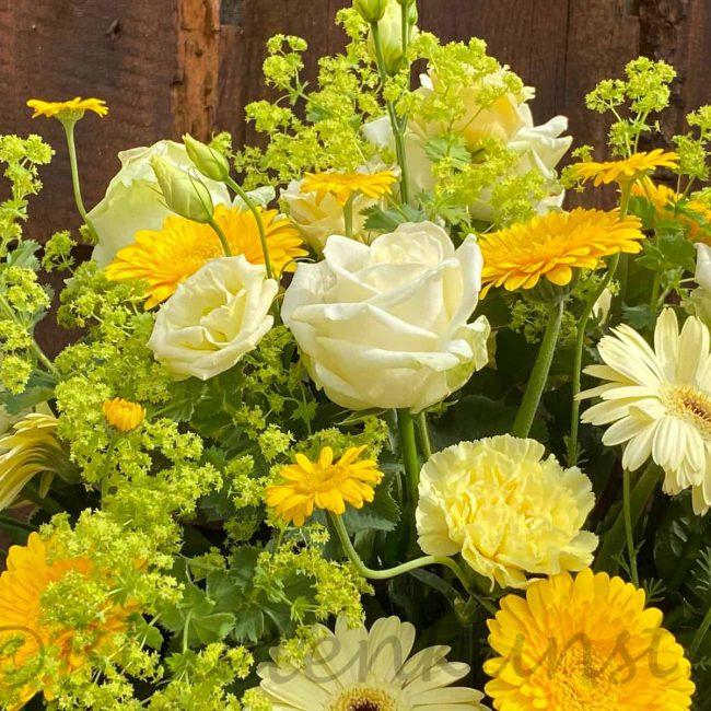 moderne Trauerfloristik aus Pörnbach mit stilvollen Blumen Rosen, Gerbera
