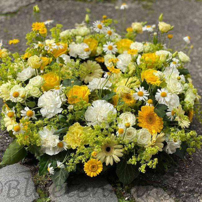 moderner Trauerkranz mit gelben stilvollen Rosen, Gerbera, Nelken Trauerfloristik