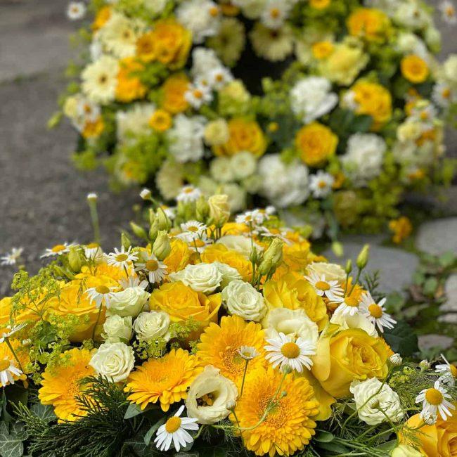 moderne Trauer Floristik Herz und Kranz mit gelben Blumen aus Pörnbach Ingolstadt und Pfaffenhofen