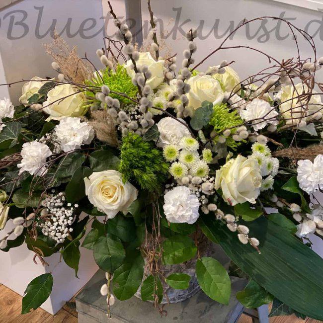 moderne Trauerfloristik Gesteck mit weissen Rosen, Nelken und Gerbera aus Pörnbach
