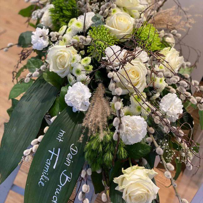 stilvolle Trauer Floristik aus Pfaffenhofen weisses Trauergesteck mit Rosen und Gerbera