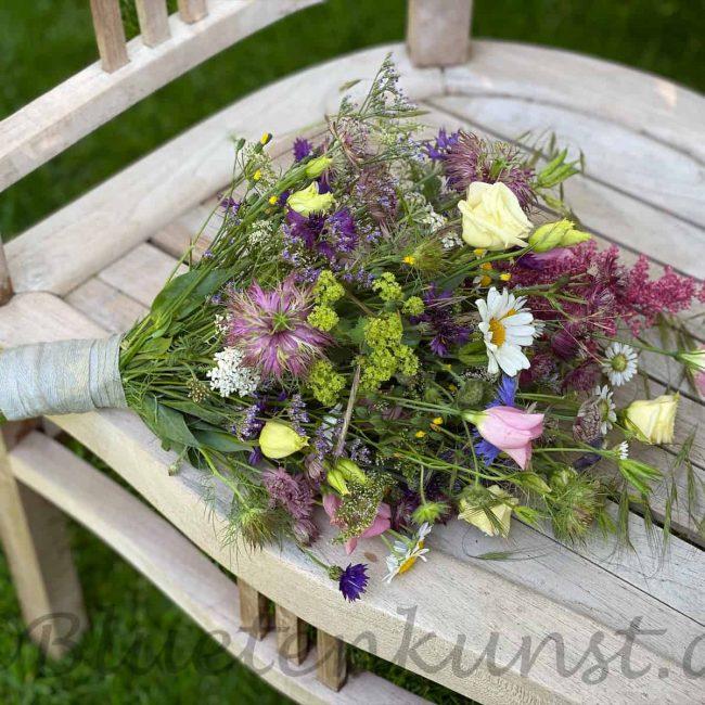 boho brautstrauß mit Wiesenblumen aus Bayern auf Vintag Möbel