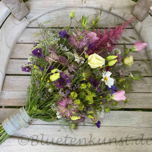 sommerlicher Brautstrauß boho mit Rosen für romantische Hochzeit in Schrobenhausen im Hintergrund vintage Gartenstuhl für Standesamt